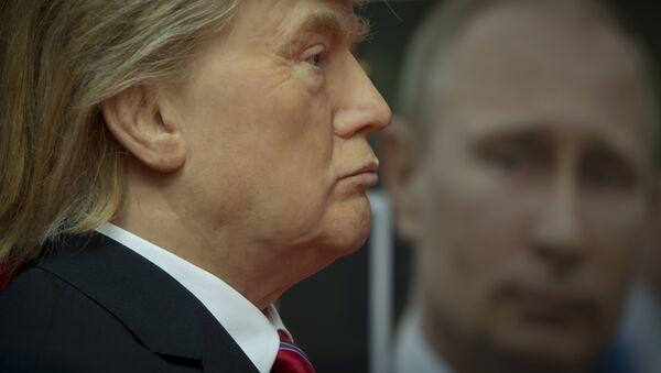 Eine Trump-Wachsfigur und ein Porträt des russischen Präsidenten Wladimir Putin - Sputnik France