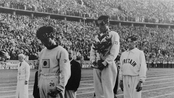 Les sportifs sur le podium pendant les JO de Berlin de 1936 - Sputnik France