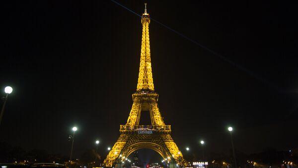 Эйфелева башня до отключения подсветки в рамках экологической акции Час Земли в Париже. - Sputnik France