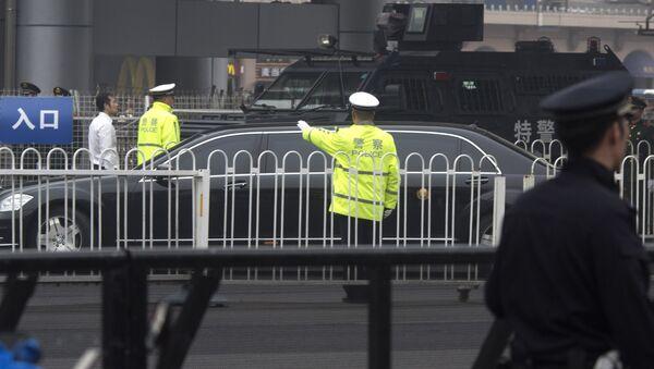 Une limousine sans numéros d'immatriculation arrive à la gare de Pékin sous un gros dispositif de sécurité - Sputnik France