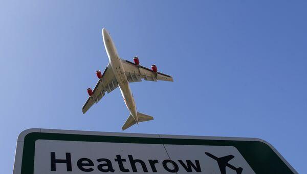 Un avion survolant Londres - Sputnik France