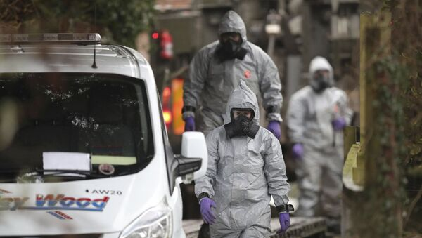 Investigators in protective clothing remove a van from an address in Winterslow, Wiltshire, as part of their investigation into the nerve-agent poisoning of ex-spy Sergei Skripal and his daughter, in England, Monday, March 12, 2018. - Sputnik France