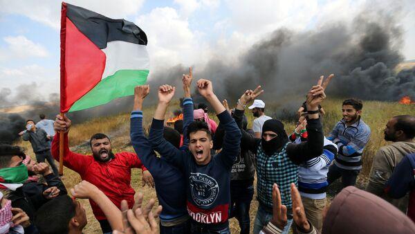 Des Palestiniens lors d'une manifestation de protestation à la frontière entre Israël et Gaza, le 30 mars 2018 - Sputnik France