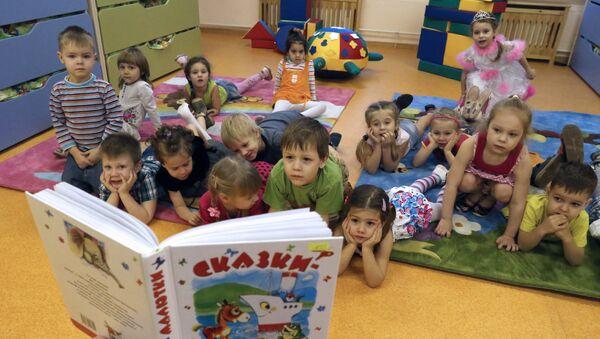 Lecture d'un conte aux enfants d'une école maternelle à Kaliningrad - Sputnik France