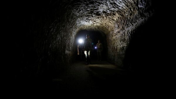 A member of Syrian forces of President Bashar al Assad walks inside a tunnel that was used by rebels in Jobar, eastern Ghouta, in Damascus, Syria April 2, 2018 - Sputnik France