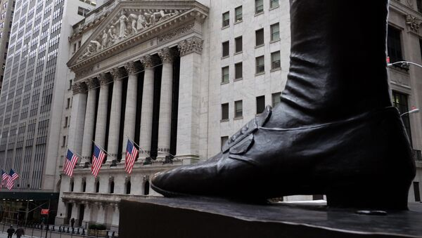 People walk past the New York Stock Exchange (NYSE) on the Wall Street in New York  - Sputnik France