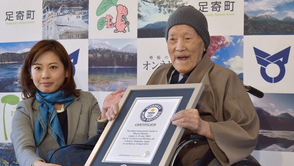 Masazo Nonaka of Japan (R), aged 112, receives a certificate for the Guinness World Records' oldest male person living title from Erika Ogawa (L), vice president of Guinness World Records Japan, in Ashoro, Hokkaido prefecture on April 10, 2018. Nonaka was born on July 25, 1905. - Sputnik France