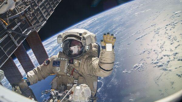 Sergeï Ryazansky pendant sa première sortie de l'ISS Expedition 37, novembre 2013 - Sputnik France