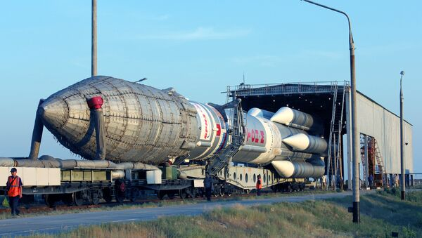 Proton-M space launch vehicle with an upper stage Breeze-M spacecraft and communication Sirius-5 being moved to the launch pad at Baikonur cosmodrome - Sputnik France