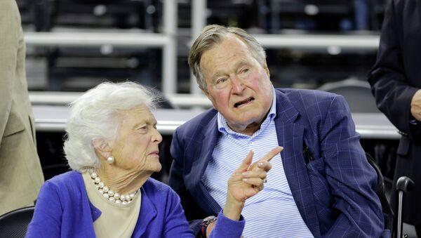 George H.W. Bush avec sa femme Barbara Bush - Sputnik France
