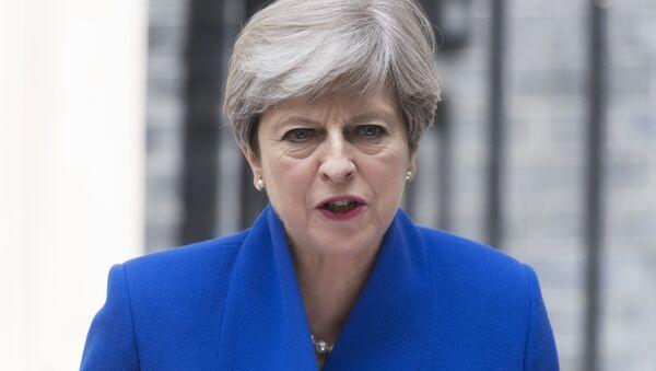 Премьер-министр Великобритании Тереза Мэй выступает перед журналистами после встречи с королевой Великобритании (Т. Мэй получила разрешение на формирование кабинета министров). - Sputnik France