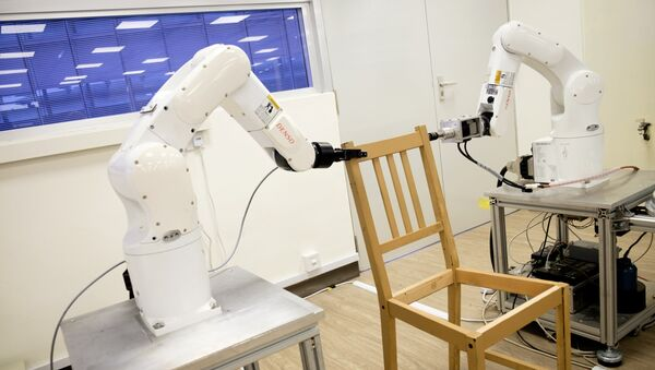 Robots assemble an Ikea chair at Nanyang Technological University (NTU) in Singapore April 17, 2018 - Sputnik France