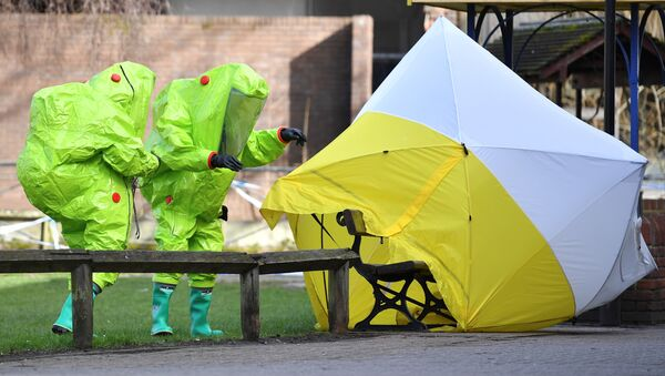 In this file photo taken on March 8, 2018 members of the emergency services in green biohazard encapsulated suits re-affix the tent over the bench where Russian spy Sergei Skripal and his daughter Yulia were found in critical condition on March 4 at The Maltings shopping centre in Salisbury, southern England - Sputnik France