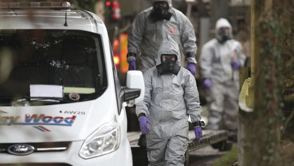 Investigators in protective clothing remove a van from an address in Winterslow, Wiltshire, as part of their investigation into the nerve-agent poisoning of ex-spy Sergei Skripal and his daughter, in England, Monday, March 12, 2018 - Sputnik France