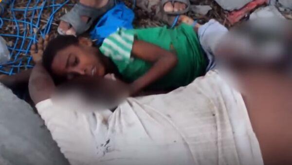 Le visage de la guerre: un garçon accroché à son père tué par une frappe au Yémen - Sputnik France