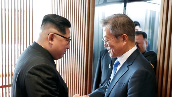 South Korean President Moon Jae-in shakes hands with North Korean leader Kim Jong Un at the truce village of Panmunjom inside the demilitarized zone separating the two Koreas, South Korea, April 27, 2018 - Sputnik France