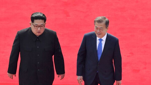 North Korean leader Kim Jong Un, left, and South Korean President Moon Jae-in walk toward the Peace House for their meeting at the border village of Panmunjom in the Demilitarized Zone Friday, April 27, 2018. - Sputnik France