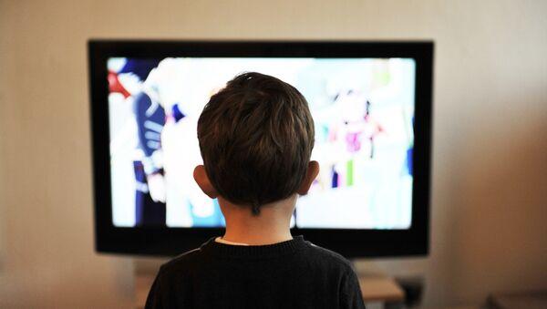 Сhild is watching TV - Sputnik France