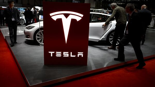 Visitor are seen at the booth of US electric carmaker Tesla Motors, during the press day of the Geneva Car Show on March 4, 2015 in Geneva - Sputnik France