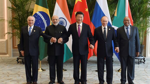 Chinese President Xi Jinping (C) takes a group photo with Indian Prime Minister Narendra Modi (2nd L), Brazil's President Michel Temer (L), Russian President Vladimir Putin (2nd R) and South Africa's President Jacob Zuma at the West Lake State Guest House ahead of G20 Summit in Hangzhou, Zhejiang province, China, September 4, 2016 - Sputnik France