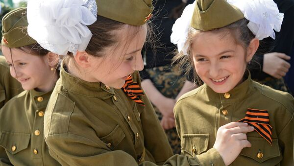 Участники всероссийской акции Георгиевская ленточка у Мемориального комплекса Славы имени Ахмата Кадырова в Грозном - Sputnik France