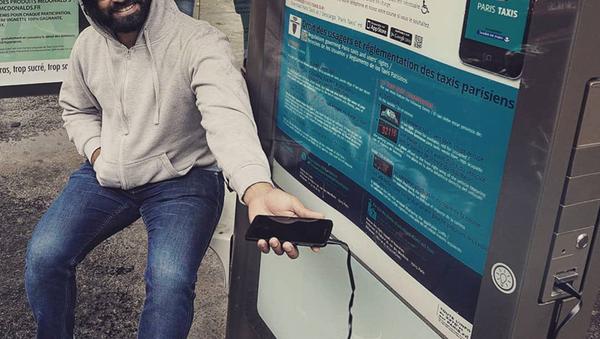 Raj charge son portable à un arrêt de bus - Sputnik France