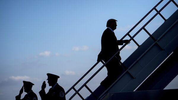 Donald Trump monte à bord d'un avion - Sputnik France