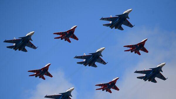 Neuf avions des groupes de voltige Striji et Rousskie Vitiazi en formation Diamant de Koubinka - Sputnik France