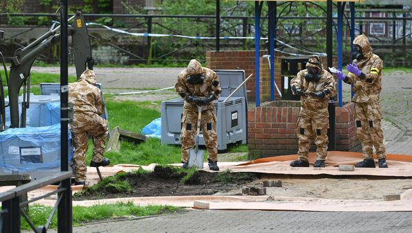 Military personnel dig near the area where Russian agent Sergei Skripal and his daughter Yulia were found on a park bench, in Salisbury, England, Tuesday April 24, 2018 - Sputnik France