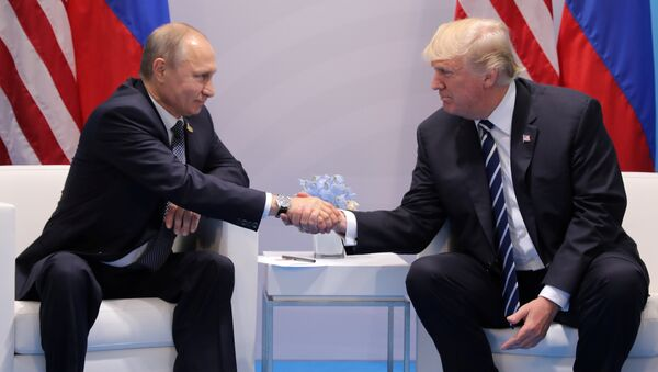 U.S. President Donald Trump shakes hands with Russia's President Vladimir Putin during their bilateral meeting at the G20 summit in Hamburg, Germany July 7, 2017 - Sputnik France