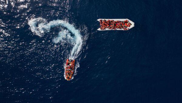 Беженцы и мигранты, спасенные испанской неправительственной организацией ProActiva Open Arms в водах недалеко от севера Ливии - Sputnik France