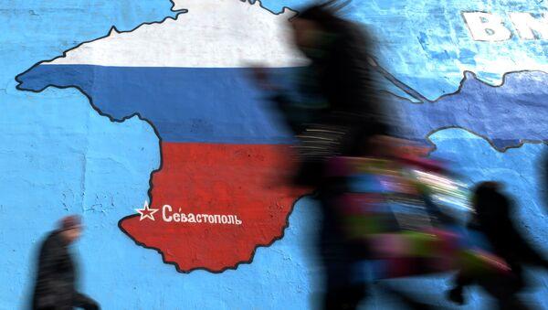 Patriotische Graffiti mit Krim-Halbinsel in Farben russischer Nationalflagge in Moskau - Sputnik France