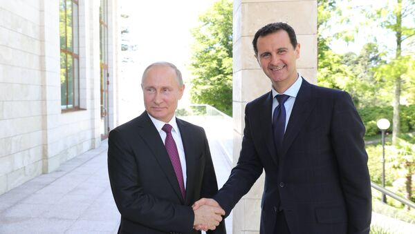 Le président russe Vladimir Poutine rencontre le président syrien Assad à Sotchi (photo d'archive) - Sputnik France