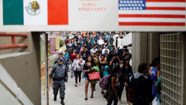 Members of a caravan of migrants from Central America walk towards the United States border and customs facility, where they are expected to apply for asylum, in Tijuana, Mexico April 29, 2018 - Sputnik France