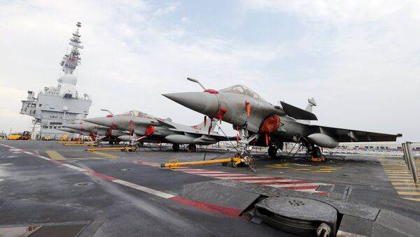 French Rafale Marine fighter aircrafts on flight deck of the aircraft carrier Charles De Gaulle - Sputnik France