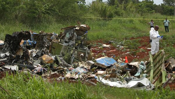 A rescue team member works at the wreckage of a Boeing 737 plane that crashed in the agricultural area of Boyeros, around 20 km (12 miles) south of Havana, shortly after taking off from Havana's main airport in Cuba, May 18, 2018. - Sputnik France