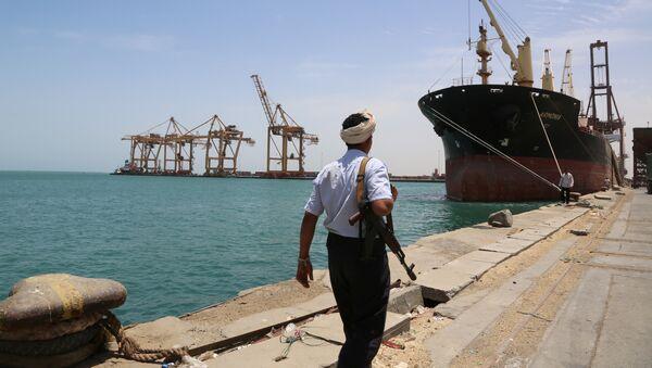 A soldier walks at Red Sea port of Hodeidah, Yemen May 10, 2017 - Sputnik France