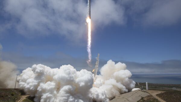 In this photo provided by NASA, a SpaceX Falcon 9 rocket with a pair of U.S.-German science satellites and five commercial communications satellites takes off from Space Launch Complex 4E at Vandenberg Air Force Base in California on Tuesday, May 22, 2018.  - Sputnik France