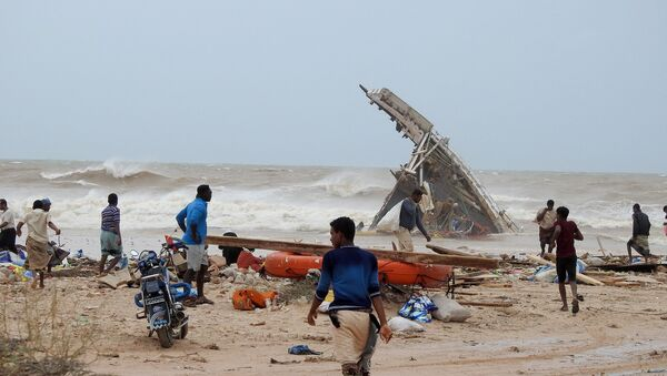 People search among the wreckage of a boat destroyed by Cyclone Mekunu in Socotra Island, Yemen, May 25, 2018 - Sputnik France