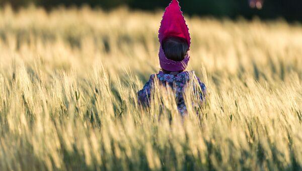 La fille dans le champ - Sputnik France