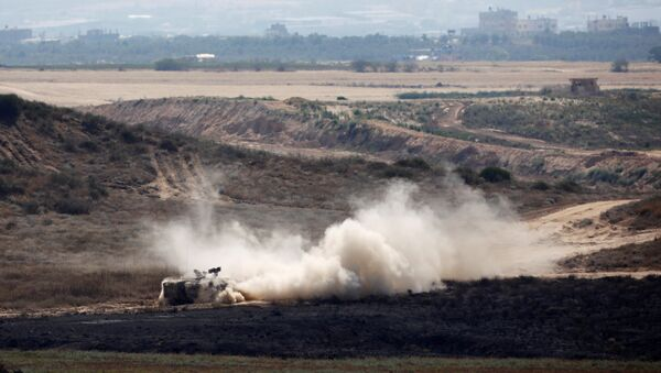 An Israeli armoured personnel carrier (APC) drives on the Israeli side of the border between Israel and Gaza, May 29, 2018. - Sputnik France