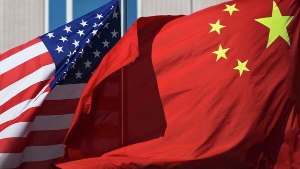 U.S. flag and China's flag flutter in winds at a hotel in Beijing Wednesday, Sept. 5, 2012 - Sputnik France