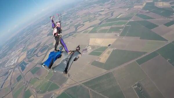 Un parachutiste se pose sur deux pilotes de wingsuit dans les airs - Sputnik France