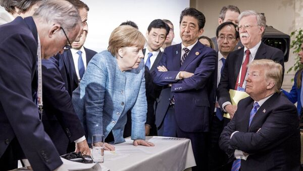 German Chancellor Angela Merkel, center, details policy to US President Donald Trump, seated at right, during the G7 Leaders Summit in La Malbaie, Quebec, Canada, on Saturday, June 9, 2018 - Sputnik France