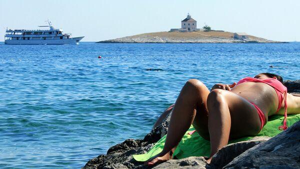 Une femme sur la plage - Sputnik France
