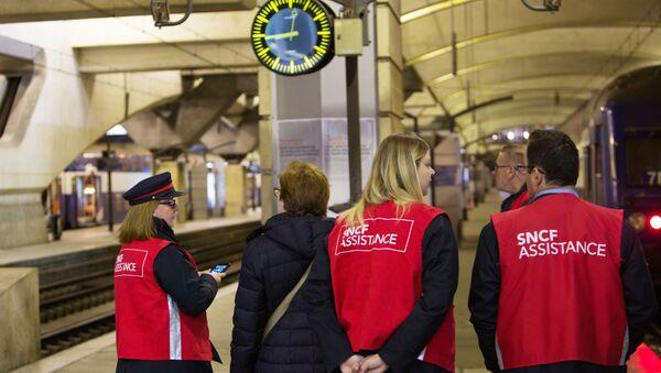Сотрудники государственной железнодорожной компании SNCF на перроне вокзала Монпарнас в Париже - Sputnik France