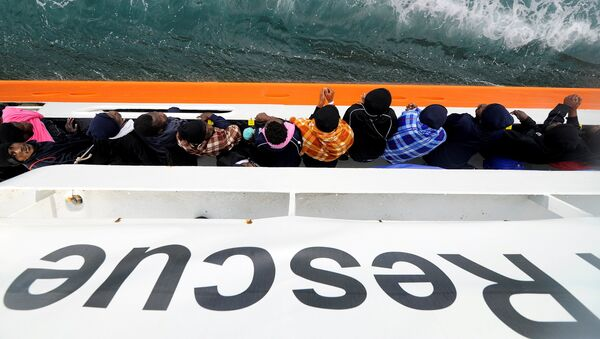Migrants wait to disembark from Aquarius in the Sicilian harbour of Catania, Italy, May 27, 2018. - Sputnik France