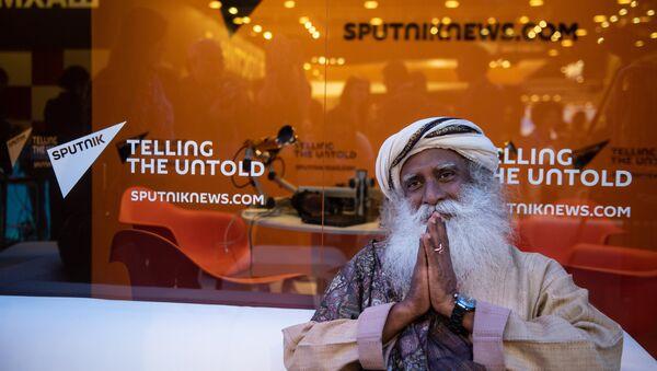 Sadhguru, an Indian yogi, mystic and founder of the Isha Foundation, at the Rossiya Segodnya stand at the 2018 St. Petersburg International Economic Forum - Sputnik France