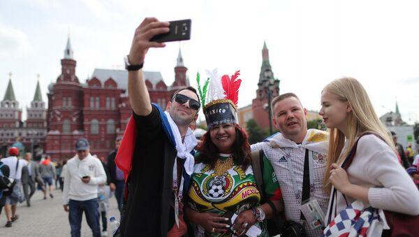 Des fans de foot sur la place du Manège à Moscou - Sputnik France