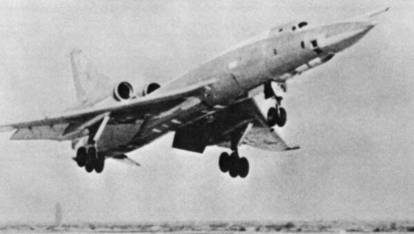 Советский самолет Ту-22 во время взлета - Sputnik France